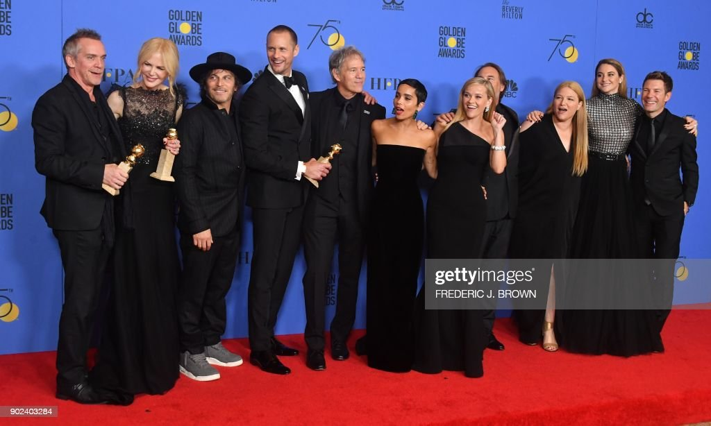 TOPSHOT - The cast of 'Big Little Lies' pose with the trophy for Best Television Limited Series or Motion Picture Made for Television during the 75th Golden Globe Awards on January 7, 2018, in Beverly Hills, California. / AFP PHOTO / Frederic J. BROWN