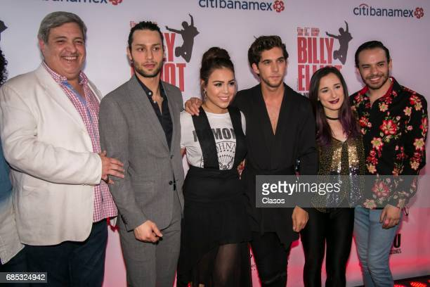The cast of 'Hoy no me puedo levantar' pose on the red carpet during the Billy Elliot's 100 Shows Plaque Presentation on May 18 2017 in Mexico City...