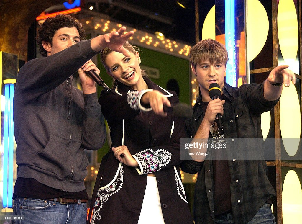 """The Cast of """"OC"""" Visits MTV's """"TRL"""" - October 29, 2003 : News Photo"""