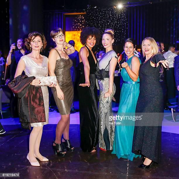 The cast of the TV show 'In aller Freundschaft Die jungen Aerzte' with Marijam Agischewa Katharina Nesytowa Jane Chirwa Sanam Afrashteh Mirka Pigulla...