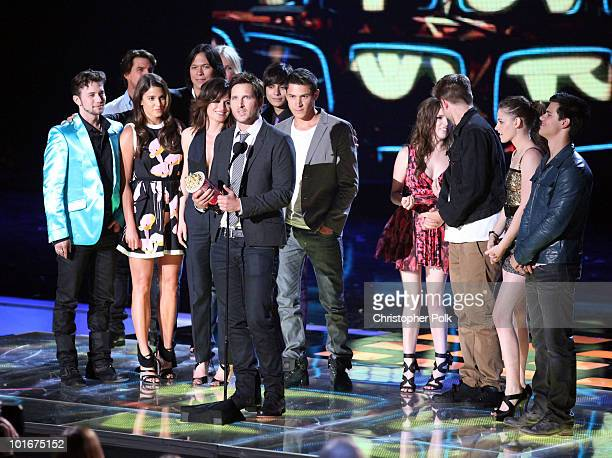 The cast of Twilight Saga New Moon accepts the Best Movie award onstage at the 2010 MTV Movie Awards held at the Gibson Amphitheatre at Universal...