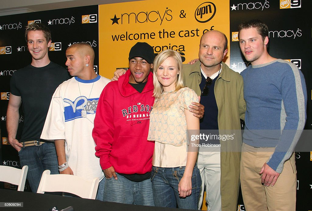 In Store Appearance From Cast Of 'Veronica Mars' : Nachrichtenfoto