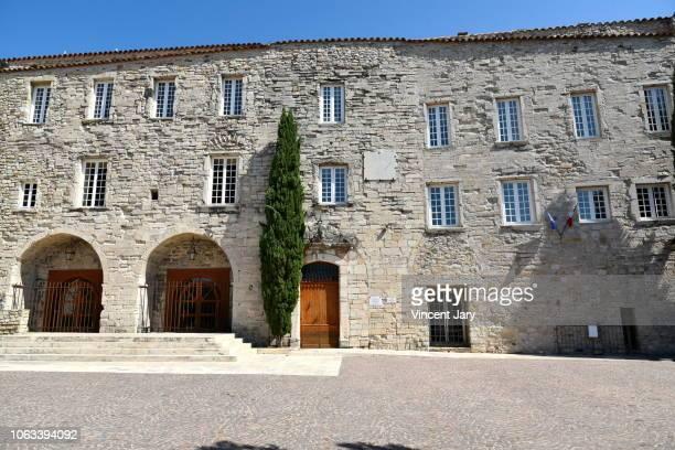 the castellet town hall france - bandol photos et images de collection