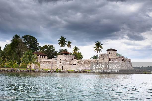 the castle of san felipe as seen from the river - guatemala fotografías e imágenes de stock