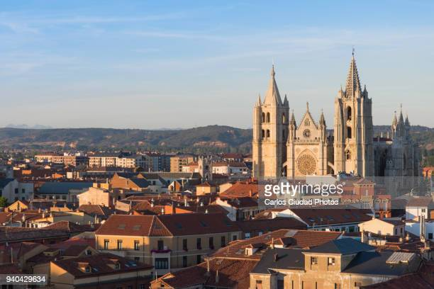 the catedral of santa maria and the old town of leon (spain) at sunset - provinz leon stock-fotos und bilder