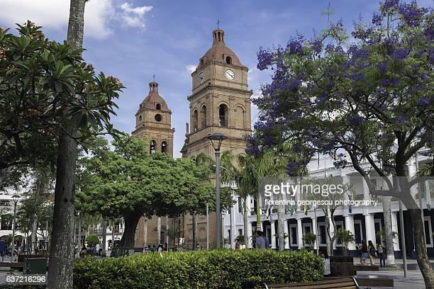 the cathedral and the museum of religious arts on plaza 24 de septiembre, santa cruz, bolivia - santa cruz de la sierra bolivia fotografías e imágenes de stock