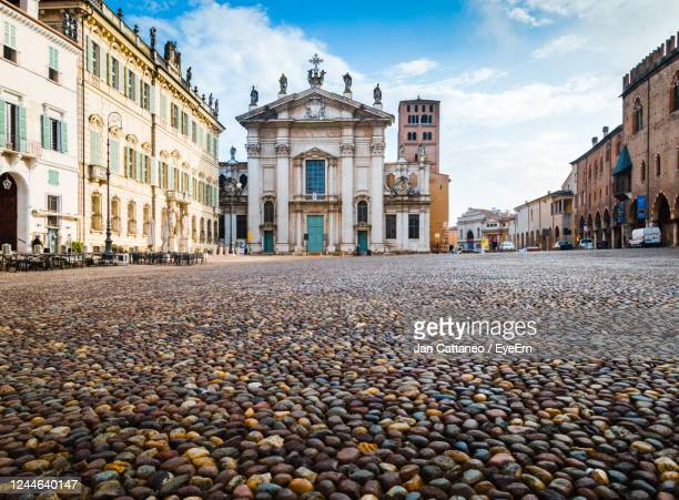 the cathedral of san pietro apostolo, the main place of worship in the city of mantua, italy - mantua stock pictures, royalty-free photos & images