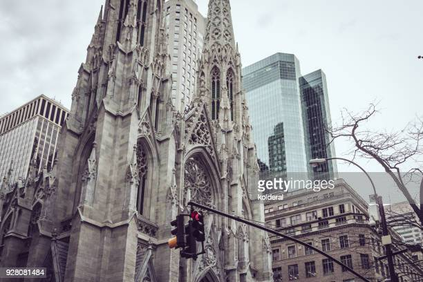 the cathedral of st. patrick on fifth avenue - catolicismo fotografías e imágenes de stock
