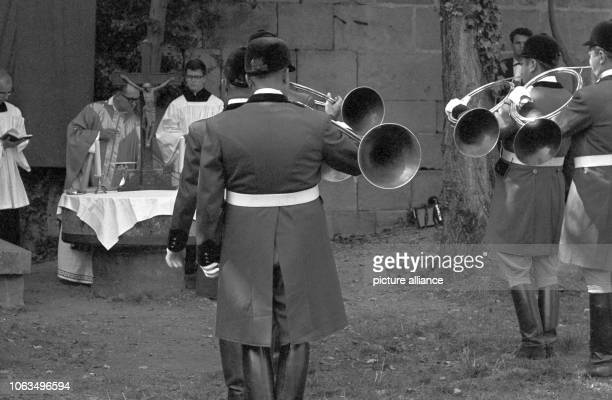 The Catholic mass is held in the castle Hohenbeilstein on 15 September 1963 on the occasion of a flight week of the castle's falconry In the...