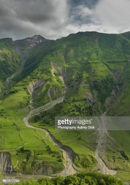 the causcaus mountains in spring - kaukasus geografische lage stock-fotos und bilder