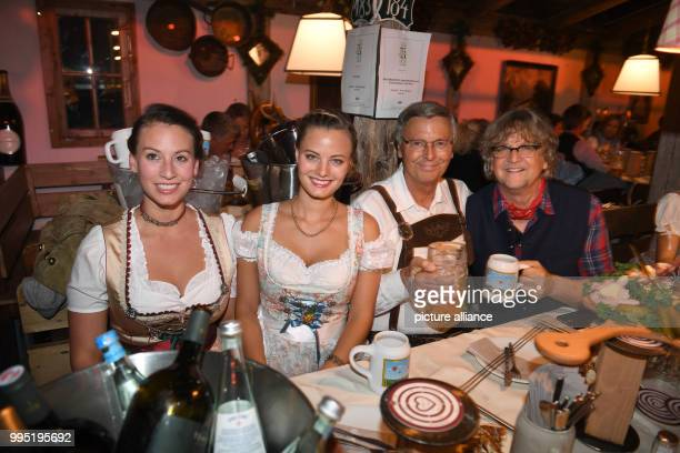 The CDU politician Wolfgang Bosbach and his daughters Viktoria and Caroline can be seen celebrating with media manager Martin Krug at the Kaefer Tent...