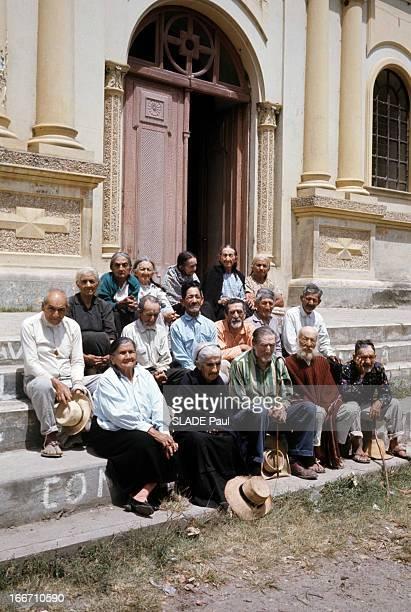 The Centenaries Of Vilcabamba In Ecuador. En Equateur, en juin 1971, à Vilcabamba, un village de centenaires, des personnes âgées posant, assises sur...