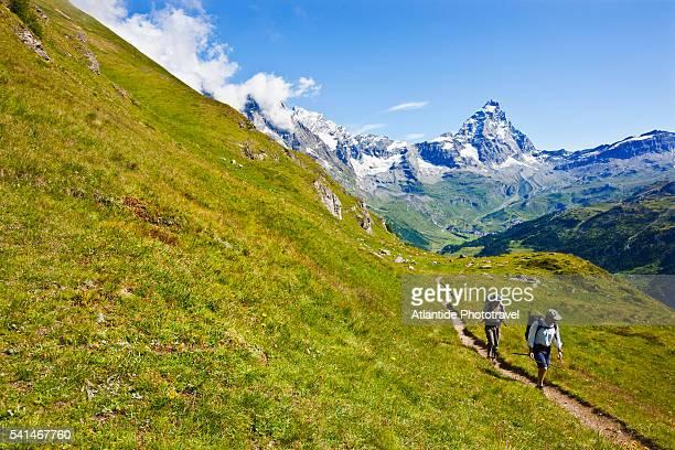 the cervino (matterhorn) on the trail to the refuge perucca-villeirmoz. - monte cervino foto e immagini stock