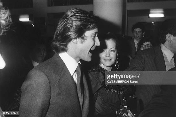 The Cesar 1978 La cérémonie des CESAR 1978 salle Pleyel à PARIS attitude souriante de Romy SCHNEIDER à la fin de la soirée tenant son César de la...