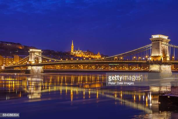 the chain bridge in budapest, hungary, in the night - ponte széchenyi lánchíd - fotografias e filmes do acervo