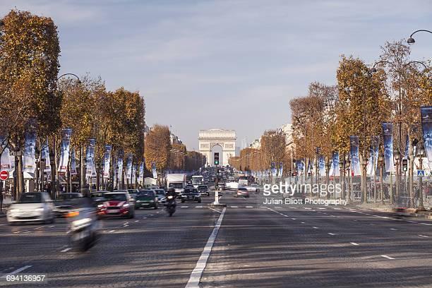 the champs elysees and arc de triomphe. - avenue des champs elysees photos et images de collection