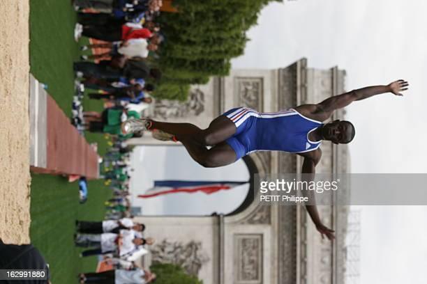 The ChampsElysees Turned Into An Olympic Stadium Pour appuyer sa candidature aux Jeux olympiques de 2012 PARIS a transformé l'avenue des...