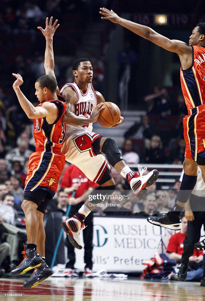 The Chicago Bulls' Derrick Rose, center, puts up a shot