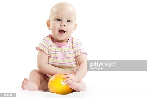 Il/la bambino/a con arancione