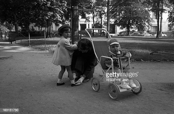 The Children Of Grace Of Monaco A Monaco en octobre 1959 la princesse CAROLINE de Monaco 2 ans et le prince ALBERT 18 mois dans sa poussette en...