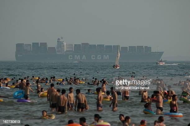 The Chinese At The Beach In Qingdao Les Chinois en vacances à la mer sur les plages de Qingdao au bord de la mer Jaune à 600 kilomètres au sudest de...