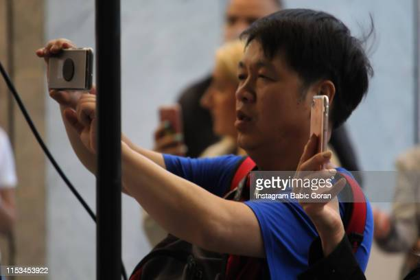 The Chinese photographed a mobile phone