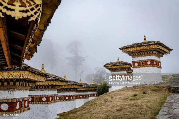 the chortens at the dochula mountain pass in dochula, bhutan springtime - dochula pass stock-fotos und bilder