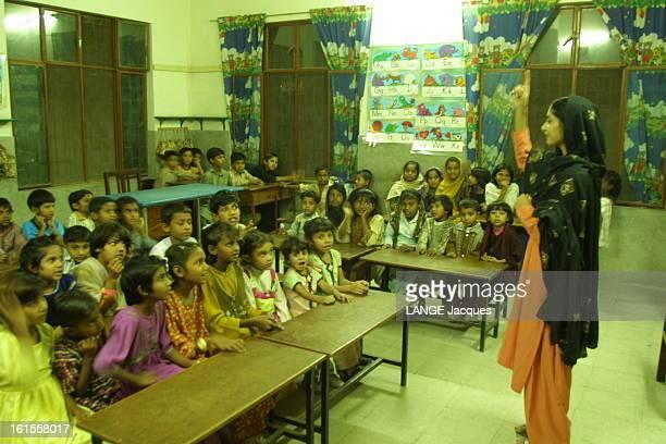The Christian Community Of Peshawar Pakistan La communauté chrétienne du ghetto de Tale Godam à PESHAWAR une salle de classe de l'école primaire avec...