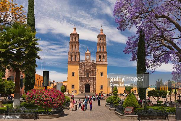 the church of our lady of sorrows and hidalgo park, dolores hidalgo, mexico - dolores hidalgo stock pictures, royalty-free photos & images