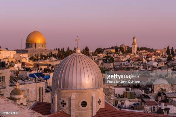 the church of the holy sepulchre and the dome of the rock in jerusalem, israel - chiesa del santo sepolcro foto e immagini stock