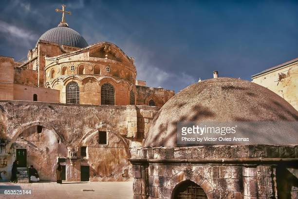 the church of the holy sepulchre in old jerusalem in israel - chiesa del santo sepolcro foto e immagini stock