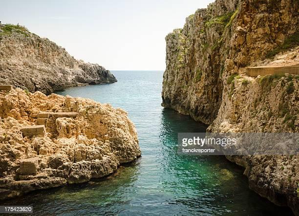 il ciolo di costa rocciosa in salento-sud italia - gagliano foto e immagini stock