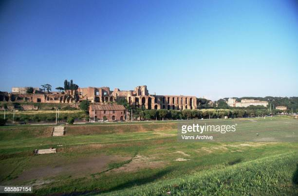 the circus maximus and the imperial palaces on the palatine in rome - circo massimo foto e immagini stock