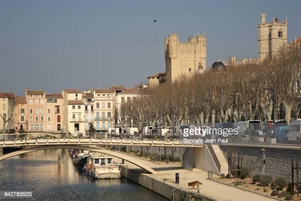 the city center of narbonne - canal du midi photos et images de collection