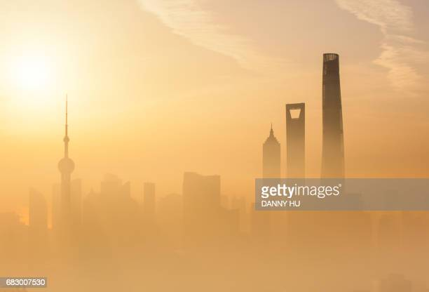 the city in the dirty fog - smog china stock-fotos und bilder
