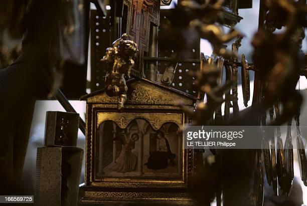 The City Of Florence Italy Florence juin 1967 Une châsse dorée avec une reproduction de l''Annonciation' de FRA ANGELICO dans une boutique du marché...