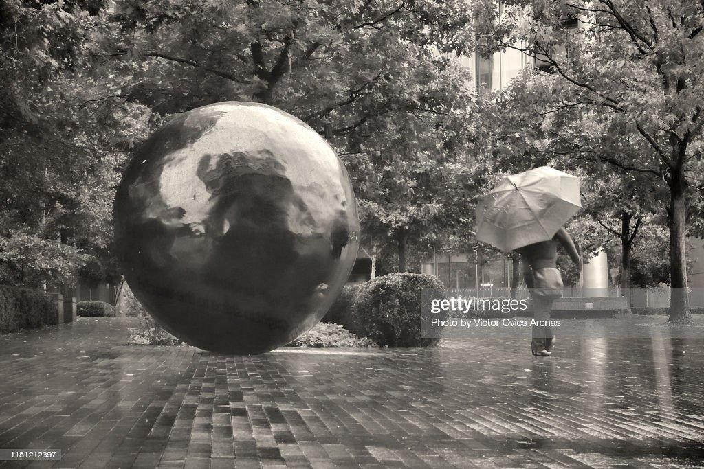The City of London in the rain. Black balls in the gardens around the City Hall : Foto de stock