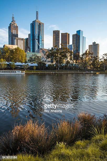 the city of melbourne, australia. - river yarra stock-fotos und bilder