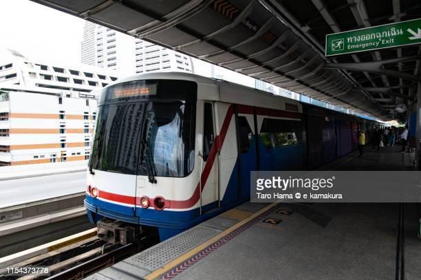 the city train running in bangkok - バンコク・スカイトレイン ストックフォトと画像