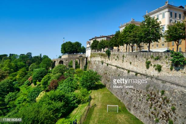 the city walls of città alta (upper town), bergamo, italy. - mauro tandoi foto e immagini stock