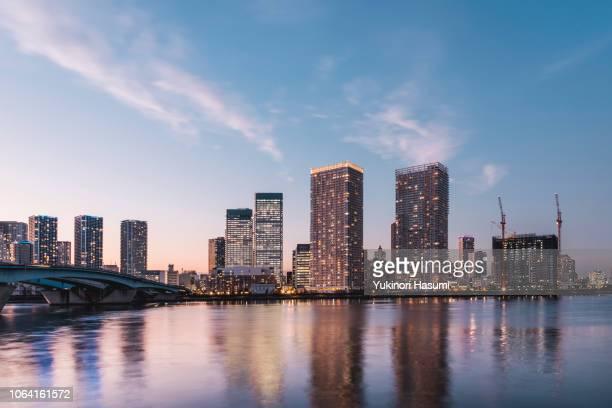 the cityscape of harumi at twilight - 高層ビル ストックフォトと画像