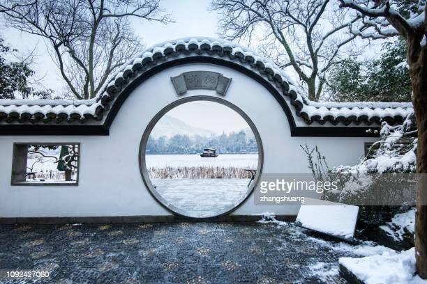 the classcial chinese garden and bungalow in hangzhou after snow - paviljoen stockfoto's en -beelden