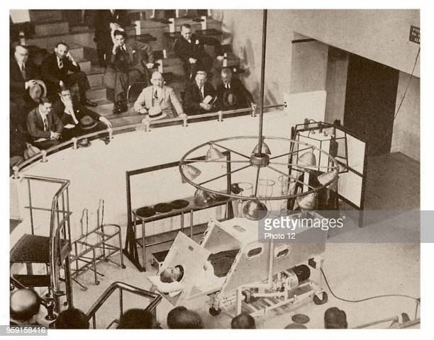 The classical Iron lung around 1930: in the room, the pression is successively increased and decreased, so that the ribcage makes respiratory...