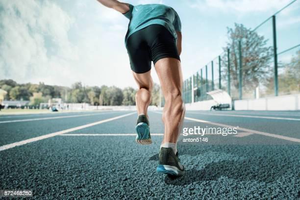 男性を実行して実行しているトラックのトレーニングの足を閉じる - 人の足 ストックフォトと画像