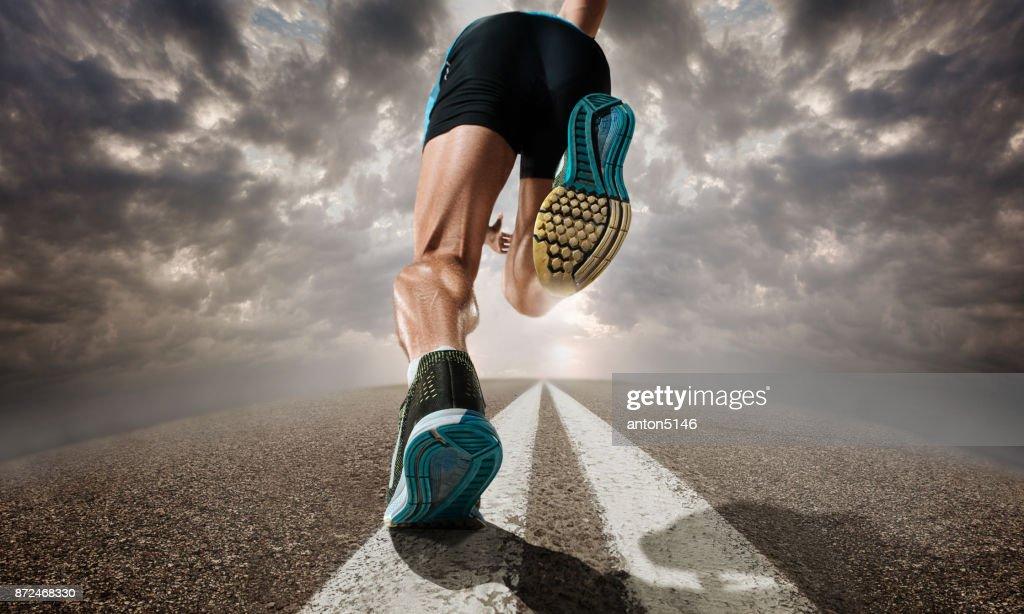 Die Nahaufnahme der Füße des Mannes running und training auf Laufband : Stock-Foto