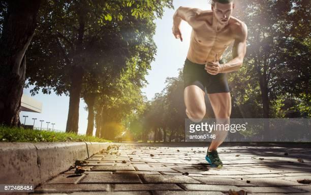 男性を実行して実行しているトラックのトレーニングの足を閉じる - スプリント競技 ストックフォトと画像