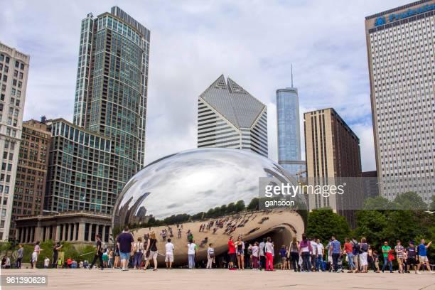 a escultura de portão de nuvem, ou o feijão chamado pela população local no millenium park, centro de chicago - gratis - fotografias e filmes do acervo