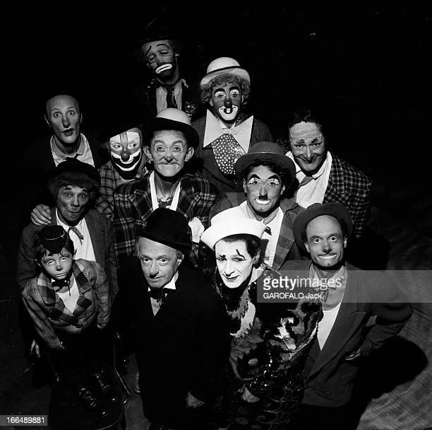 The Clowns Of Medrano Circus. Paris- Septembre 1953- Les clowns du cirque MEDRANO: plan cadré plongeant sur les clowns, de gauche à droite, au 1er...