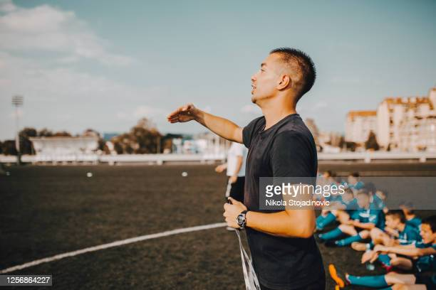 the coach advises the players - football strip stock pictures, royalty-free photos & images