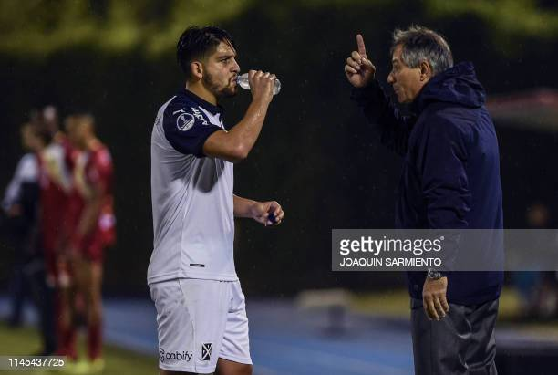 The coach of Argentina's team Independiente Ariel Holan gives instructions to footballer Martin Benitez during the Copa Sudamericana football match...
